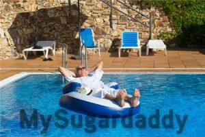 Sugardaddy relaxt im Pool