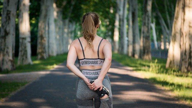Rückenansicht einer Frau, die Sport treibt
